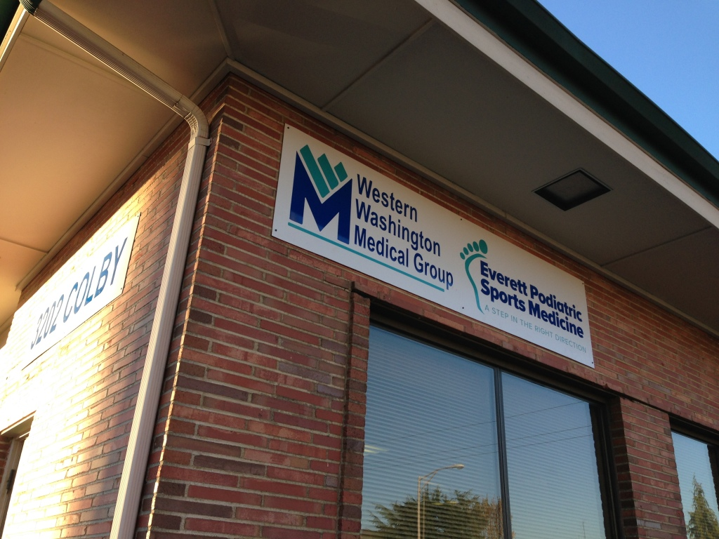 Custom alupanel sign for Everett POdiatric by Vinyl Lab NW Signs & Graphics of Lynnwood